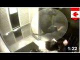 FACE À LA MORT:  Un chien se fait coincer sa laisse dans la porte d'un ascenseur.