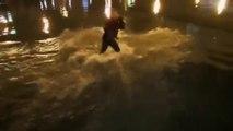 Kanye West assailli par des fans alors qu'il saute dans un lac en plein concert