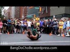 Người đàn ông da đen nhảy dance ngoài đường ph