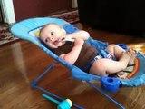 un bébé fait ses abdos