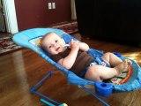 Un bébé fait des abdos sur son lit : en mode tablette de chocolat!