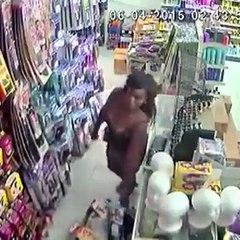 Elle vole un sachet de mèche et le met sous sa jupe