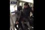 Un jeune fait une blague dans le métro parisien