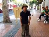 Un gamin talentueux joue de la batterie et danse dans la rue!