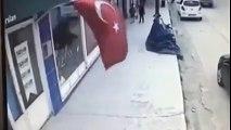 İşte TÜRK çocuğu Yolda yürürken TÜRK Bayrağını öpen çocuk