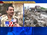 Traffic jam in Vijayawada due to rain,stones roll down from hill
