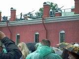 La fortresse Saint-Paul et Saint-Pierre à Saint-Petersbourg et le canon qui fait feu