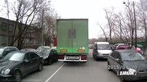 Un camion emporte une voiture en plein virage et la traîne derrière lui!