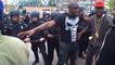 À Baltimore, un manifestant est contre la violence pendant les émeutes
