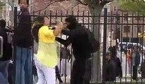 Baltimore - une mère corrige sévèrement son fils repéré dans les émeutes