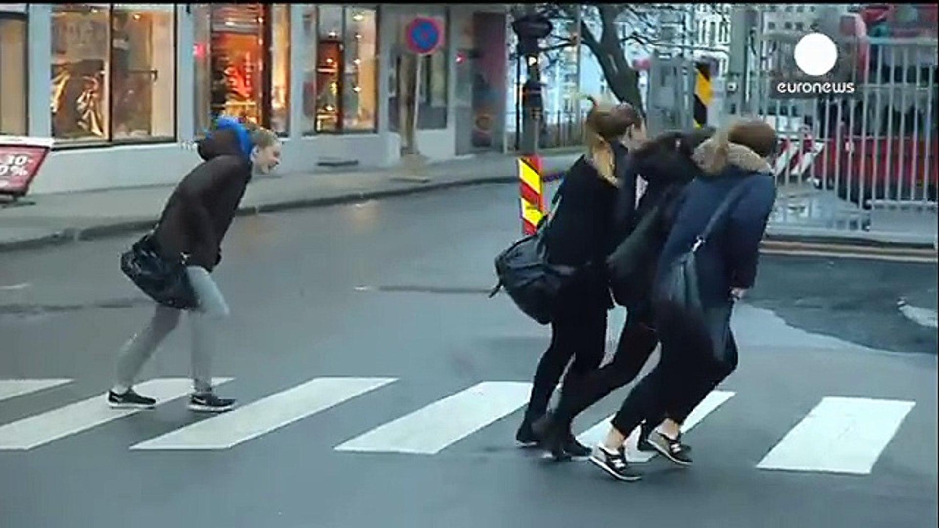 245# Vent hyper violent qui empèche les gens de marcher en Novège