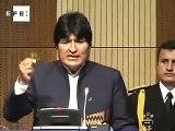 Evo Morales solicita despenalizar la coca y mastica un hoja ante la ONU .
