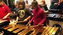 Des collégiens reprennent Crazy Train d'Ozzy Osbourne avec des percussions