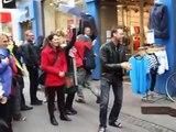 Talentosos músicos callejeros atraen a los transeúntes de Copenhague (Dinamarca).