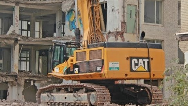 CATERPILLAR 385C EXCAVATOR HIGH REACH DEMOLITION +++ TEARING DOWN LARGE BUILDING