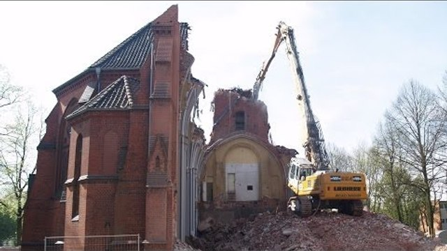 EXCAVATOR TEARING DOWN CHURCH ++ LIEBHERR 954 LONGFRONT HIGH REACH DEMOLITION
