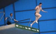 Un spectateur maboul saute du plongeoir pendant les championnats du monde de plongeon!