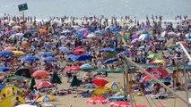 überfüllter Nordsee-Strand in Den Haag-Scheveningen im August