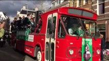 Bus met FC Groningen spelers rijdt door stad - RTV Noord