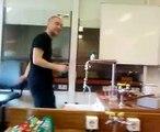 Koffiemelkpoeder aanfikken tijdens Scheikunde