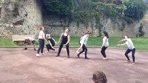 Les danseurs lycéens déambulent