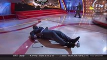 SHAQUILLE O'NEAL chute en direct pendant l'émission Inside The NBA