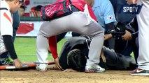 Baseball - Un arbitre sort sur une civière après avoir pris une balle dans les parties
