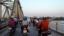 Sortie d'Hanoi à moto à l'heure de pointe