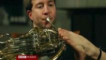El músico que toca la trompa con sus pies - BBC Mundo