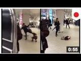 VIDEO: Une mère est filmée donner une coup de pied à la tête de son enfant en public.