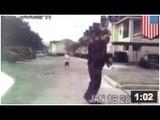 Un policier voit un jeune jouer seul et décide de jouer avec, parce qu' il a rien d'autre a faire.