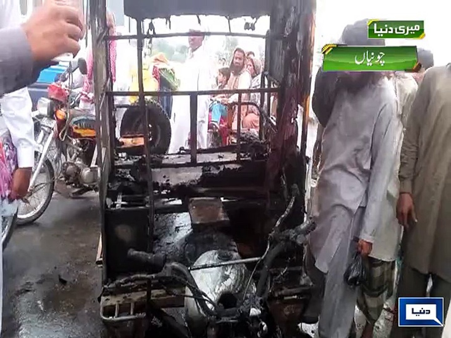 Dunya News - Four killed, five injured as rickshaw catches fire in Chunian