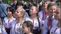 """Ansamblul folcloric """"Sânzienele"""" al Liceului Teoretic """"Lucian Blaga"""" din Tiraspol au încântat publicul Orășelului European Chișinău, prin prezența artistică, costumele populare și prin cântecele interpretate. La standul României."""