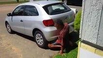 Un homme fait l'amour à une voiture!
