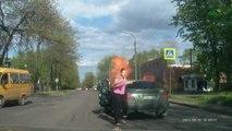 Femme fume en voiture avec une bouteille de gaz
