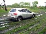 Nissan qashqai in mud