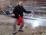 23 02 2009 FORMATION  georges et issam qui se sert de l'extincteur a poudre puis marie andre et nourredine qui se sert de l'extincteur CO2 sur le terrain
