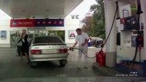Une femme à une station essence