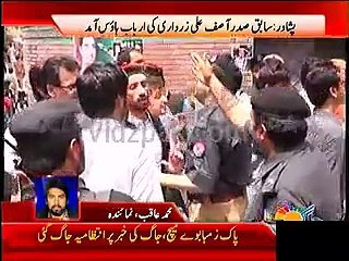 Peshawar - PSF students chant slogans after being stopped to enter Arbab House, on arrival of Zardari