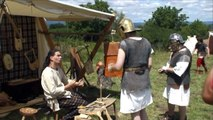Jouer de la corne, fabrication de meules, confection d'instruments celtes et le tissage à Gergovie.