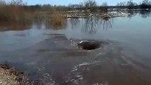 Torbellino monstruoso en la parroquia Dviete, Letonia cerca de las orillas del río Daugava