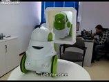 Un robot intelligent se voit pour la première fois dans le miroir