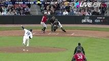 Un supporteur rattrappe une batte de baseball d'un joueur