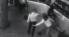 Une serveuse Russe met KO un client pervers qui lui touche les fesses