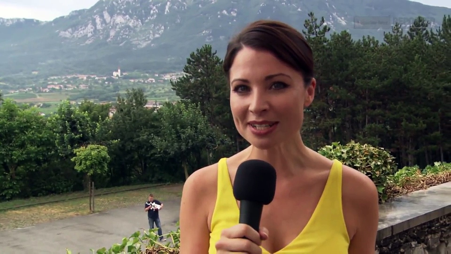 Mercedes-Benz TV: Mercedes-Benz Reporter Torie drives the new A-Class.