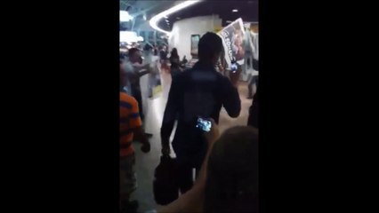 José Pimentel é hostilizado por manifestantes no aeroporto de Fortaleza