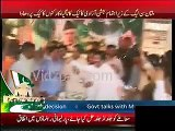 PML-N Multan Workerks Celebrated Independence Day by Tearing The Cake Apart & Eating it Both Hands
