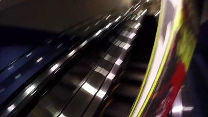 Daniel Freed Schwartz descend trois escalators à skis.