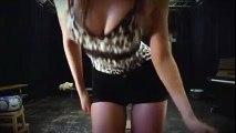 Elle réalise un pole danse un peu trop chaud