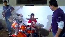 menino de 8 anos fera em tocar bateria
